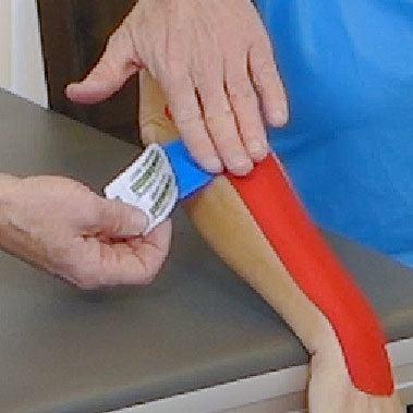 Tennisellenbogen Kinesio Tape Tape ausstreifen lassen