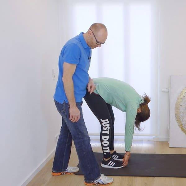 Hier siehst du eine Übung, die du zuhause bei einem Hohlkreuz anwenden kannst