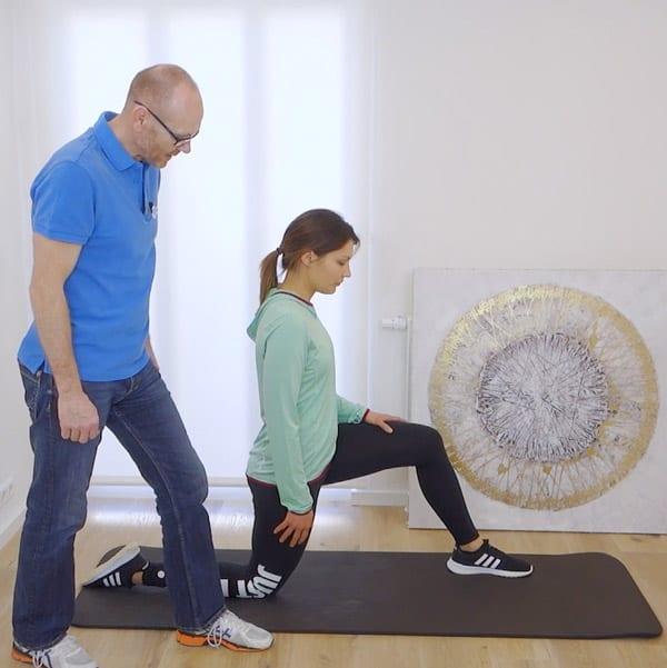 Hier siehst du eine Übung, um gegen dein Hohlkreuz etwas tun zu können