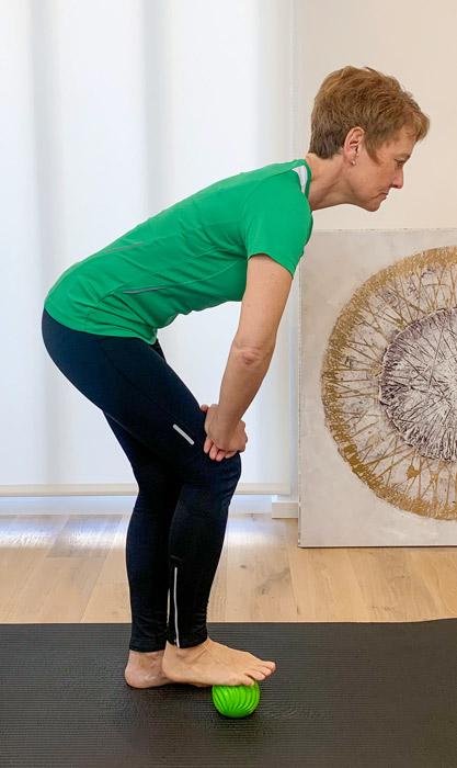Das ist ein Bild das eine Übung bei Fußschmerzen veranschaulicht