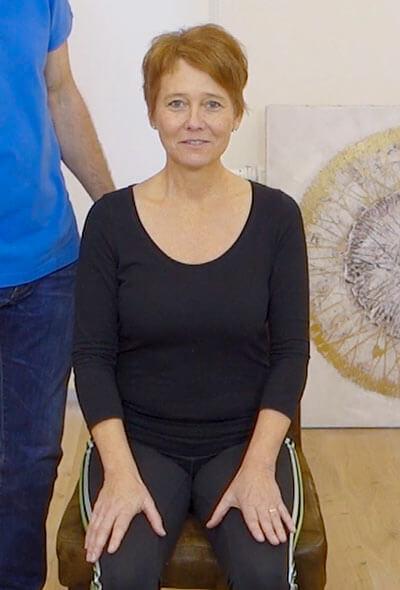Die Person zeigt eine Übung bei Kieferbeschwerden