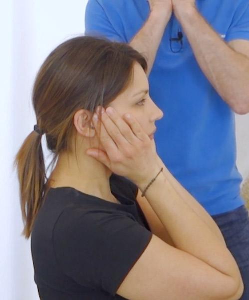 Das ist ein Bild das veranschaulicht, wie eine Übung bei Kieferschmerzen ausgeführt wird.