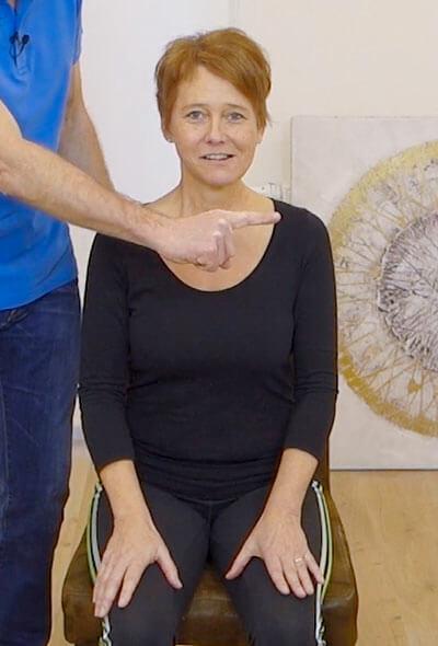 Die Person zeigt eine physiotherapeutische Übung gegen Kieferschmerzen