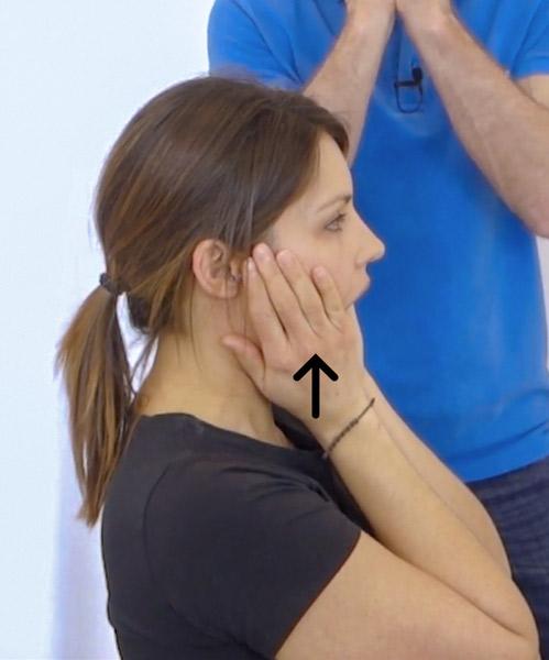 Das ist ein Bild das eine Übung bei Kieferschmerzen veranschaulicht