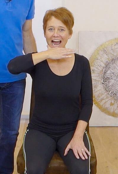 Die Person führt eine Übung gegen Kieferschmerzen aus