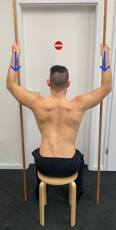Das ist ein Bild, das veranschaulicht eine Übung vom Physiotherapeuten bei Skoliose